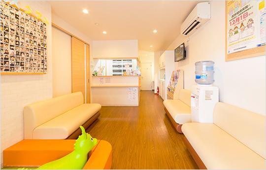 開放感のある半個室の診療室1