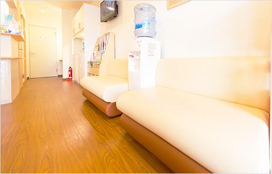 落ち着いた雰囲気の待合室2